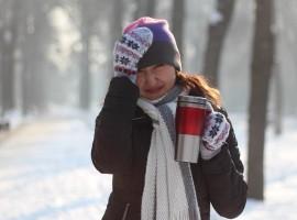 Plantas para infusiones. Chica tomando té en invierno.