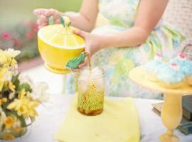 Infusiones refrescantes. Imagen sierviendo bebida té verano