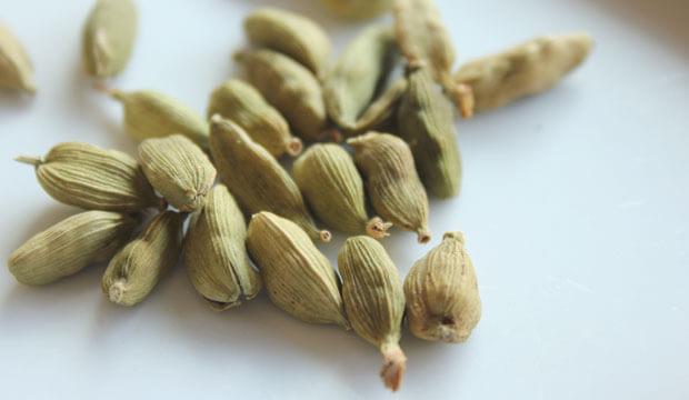 Frutos de cardamomo, uno de los ingredientes del té chai con propiedades y beneficios