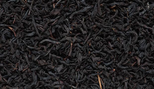 Hojas de té negro, uno de los ingredientes del té chai con propiedades y beneficios