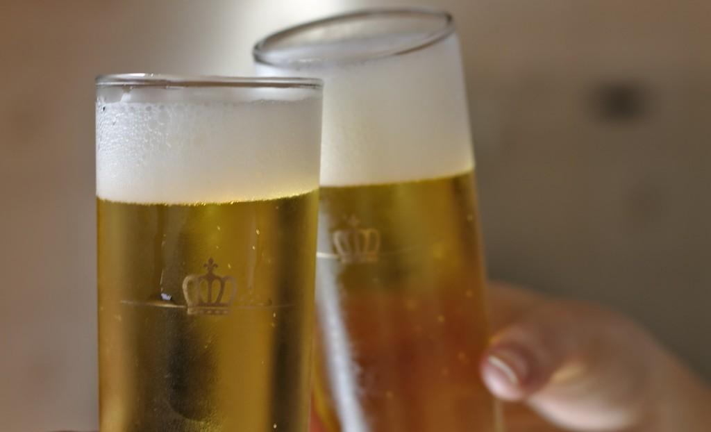 Propiedades cervaza artesana. Imagen brindis cerveza