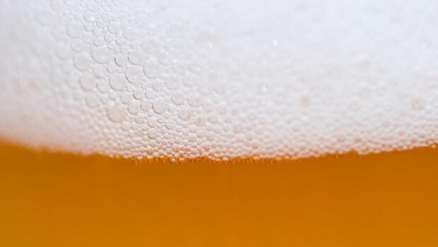 Propiedades cerveza artesana. Imagen detalle cerveza con espuma