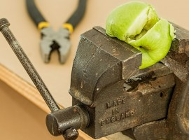 Remedios naturales para bruxismo. Imagen prensa aplastando manzana verde