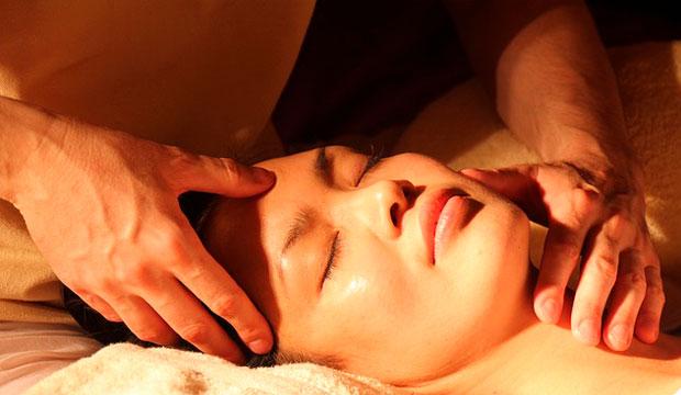 el masaje y el automasaje son remedios naturales bruxismo que ayudan a aliviar la tensión muscular y prevenir el bruxismo