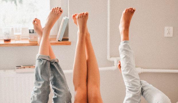 mantener las piernas hacia arriba es un hábito que ayuda a mejorar el retorno venoso