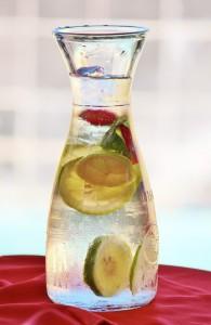 Infusion refrescante. Imagen jarra agua fría con limón