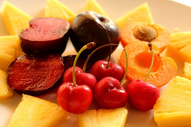 beneficios comer fruta temporada,Fruta de temporada, cerezas, ciruelas, albaricoques, pina, notas naturales