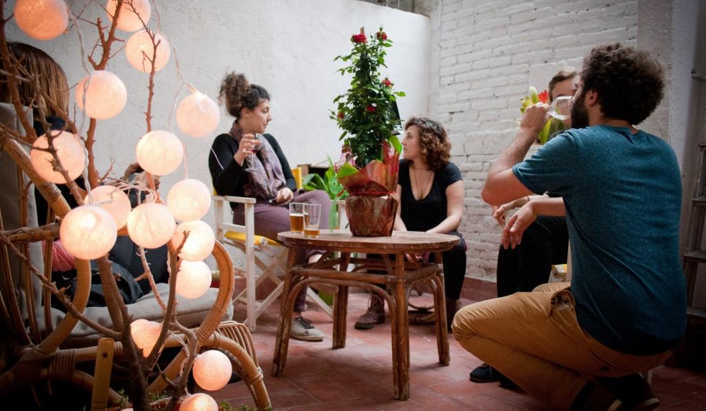 SlowMov Barcelona, slowfood, notas naturales, tienda gracia, patio, amigos hablando