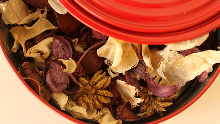 ambientadores naturales, caja roja, popurri, aceite esencial lavanda, notas naturales, flores secas