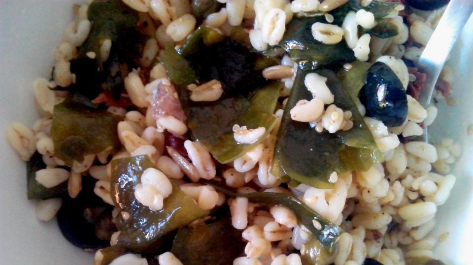 Ensalada alga wakame, trigo tierno, plato, receta, notas naturales