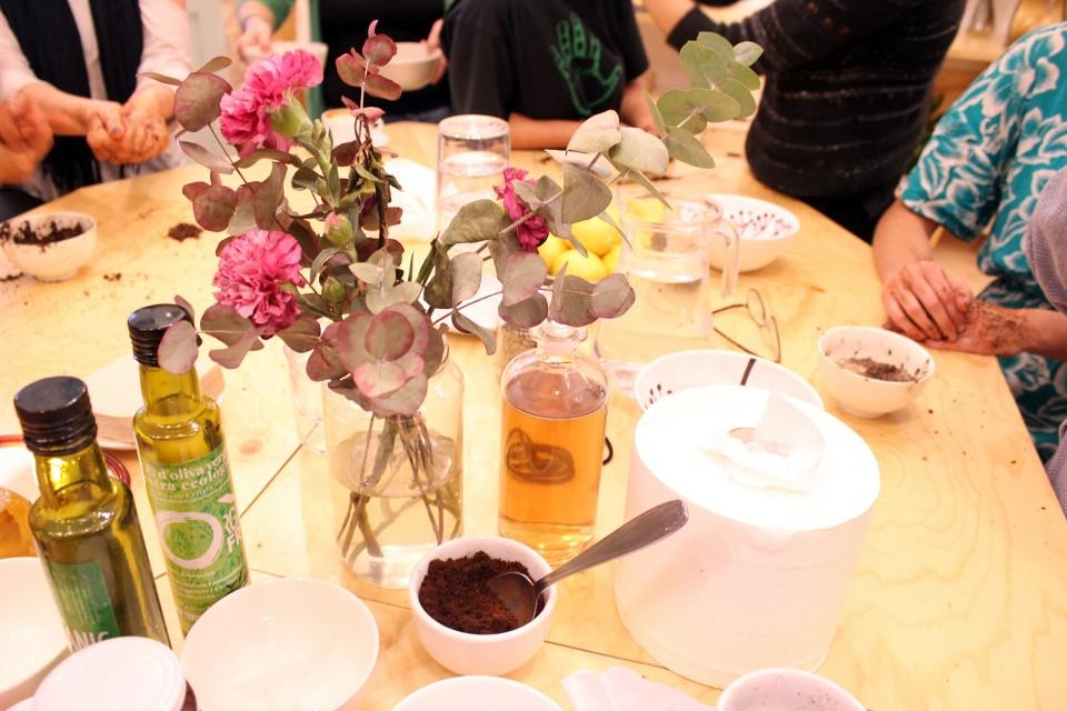 Cosmetica natural casera, mesa, flores, productos naturales, notas naturales