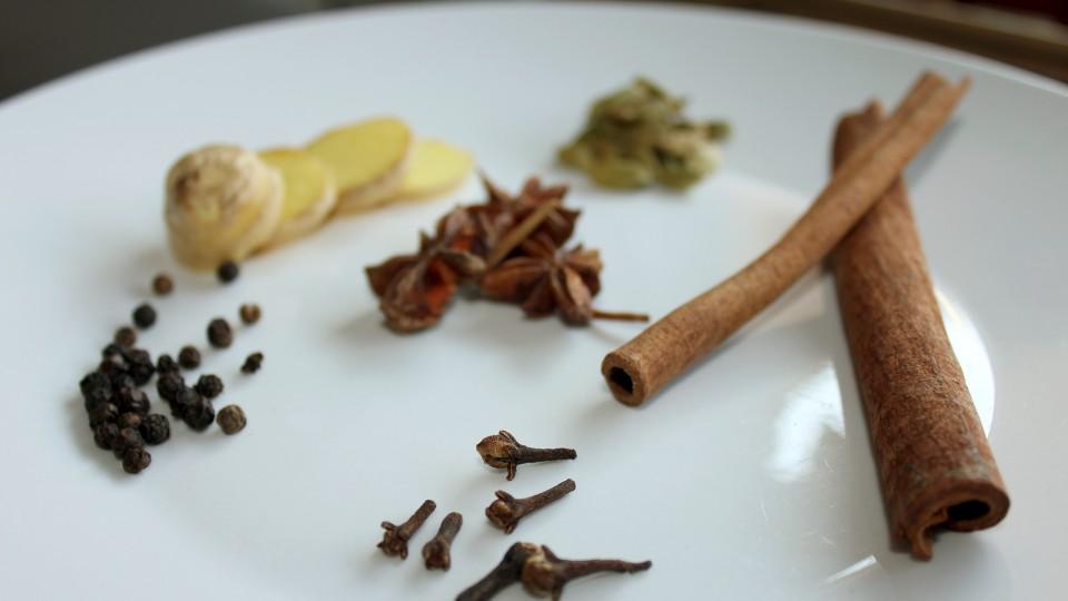 Plantas medicinales para la tos, canela, clavo de olor, pimienta, anis, jengibre, cardamomo, notas naturales