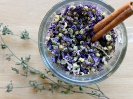 plantas medicinales para la tos, taza, hierbas, flores secas, malva, canela, notas naturales
