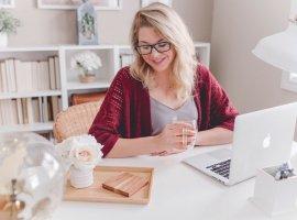 Mujer rubia frente al ordenador que busca páginas de plantas medicinales