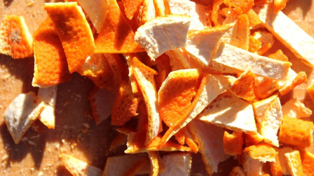 cáscara naranja deshidratada en trocitos, notas naturales, frutas deshidratadas