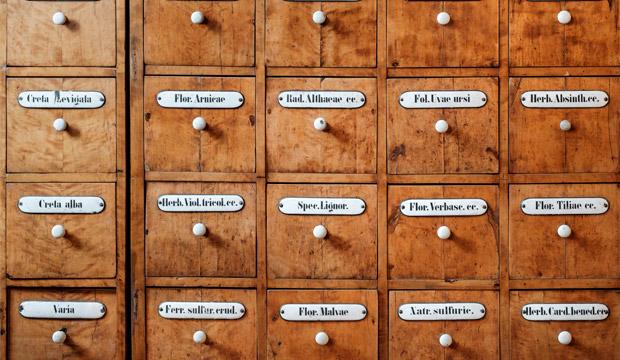 principios activos y plantas medicinales en una farmacia antigua