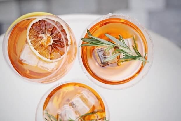 3 copas de spritz con romero