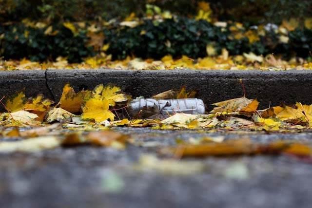 botella de plástico tirada en la calle