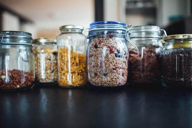 utilizar tarros de cristal y comprar alimento a granel es una forma de evitar el plastico