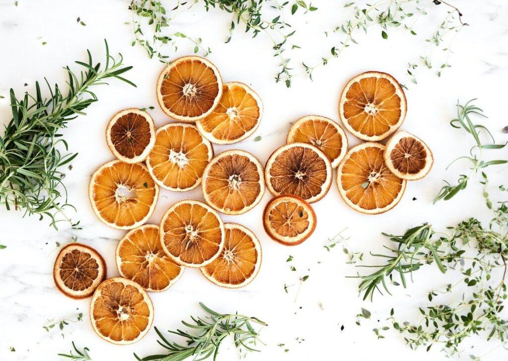 rodajas de naranja y hierbas aromáticas deshidratadas