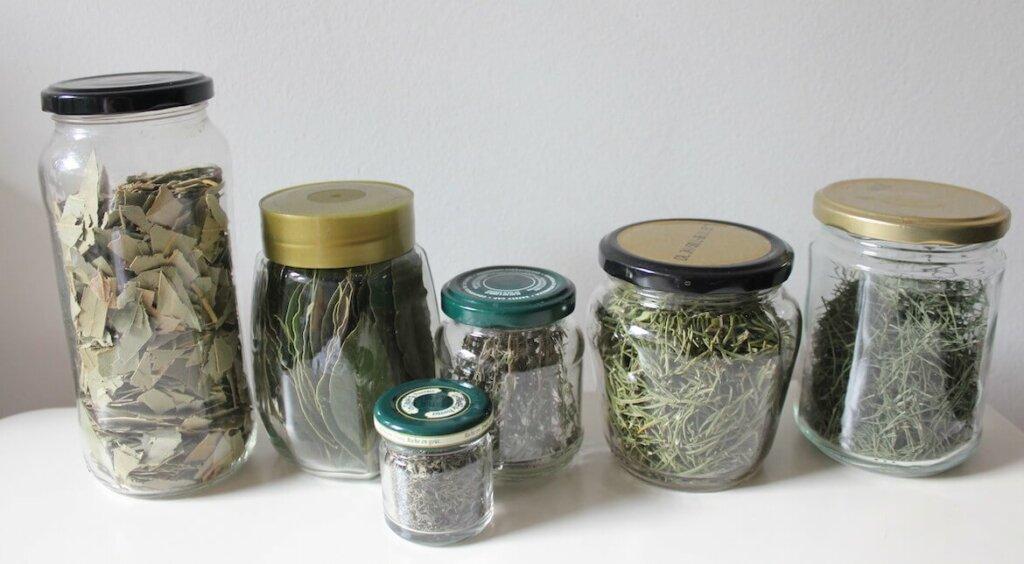 frascos de aromaticas bien conservadas
