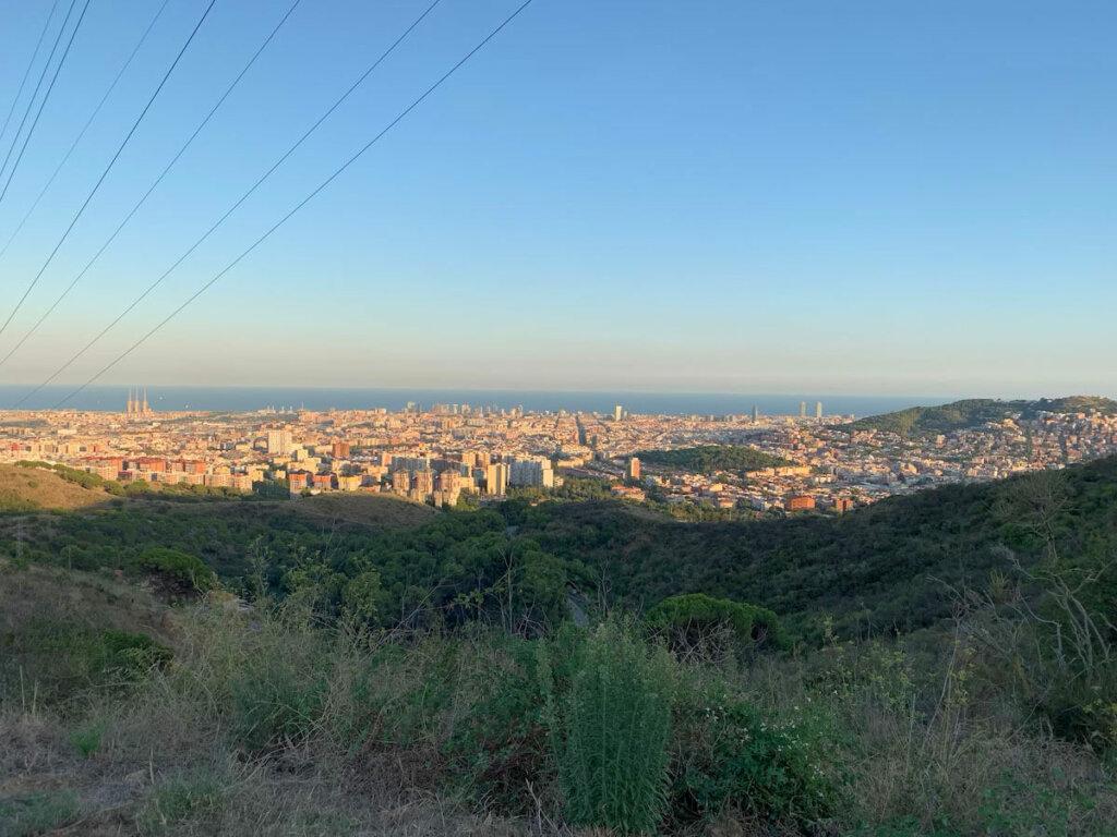 vistas de la ciudad que se pueden apreciar haciendo senderismo cerca de Barcelona en la Sierra del Collserola