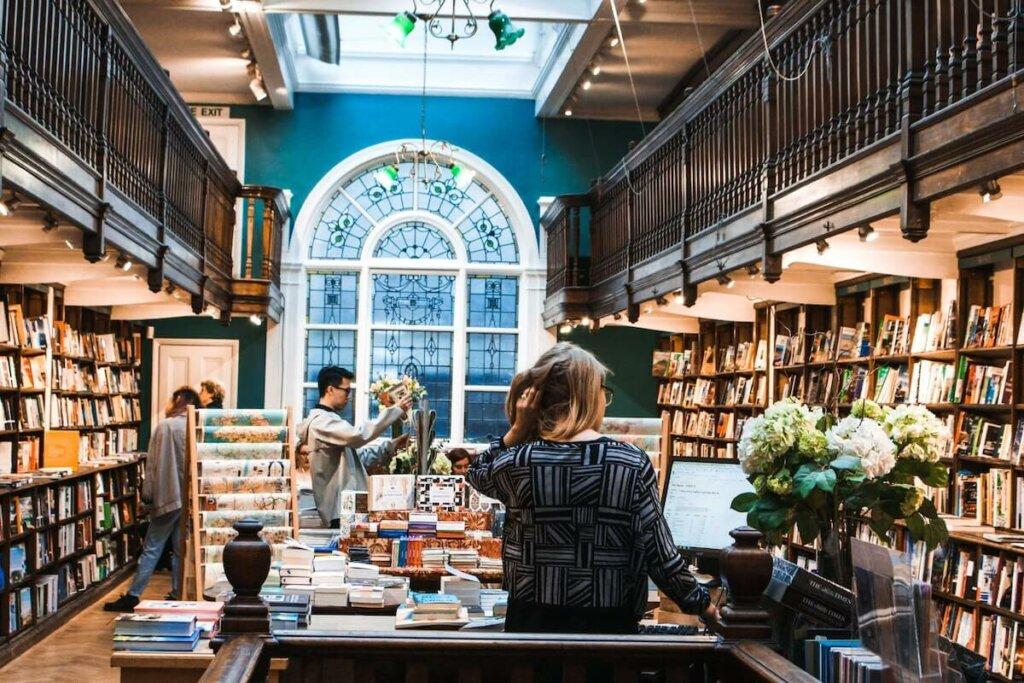 interior de una libreria especializada en naturaleza