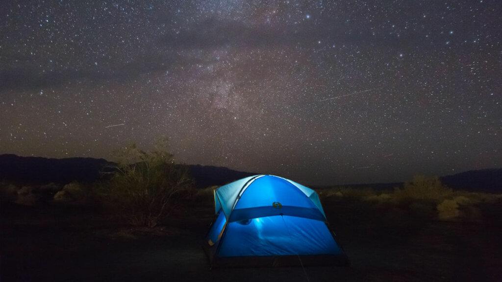 el Friluftsliv es una filosofia noruega que comprende actividades al aire libre como acampar o hacer senderismo