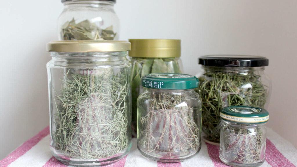 frascos de hierbas aromaticas